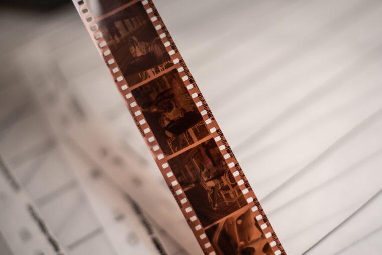 Przykładowy kod kreskowy na wywołanym filmie Kodak Gold 200